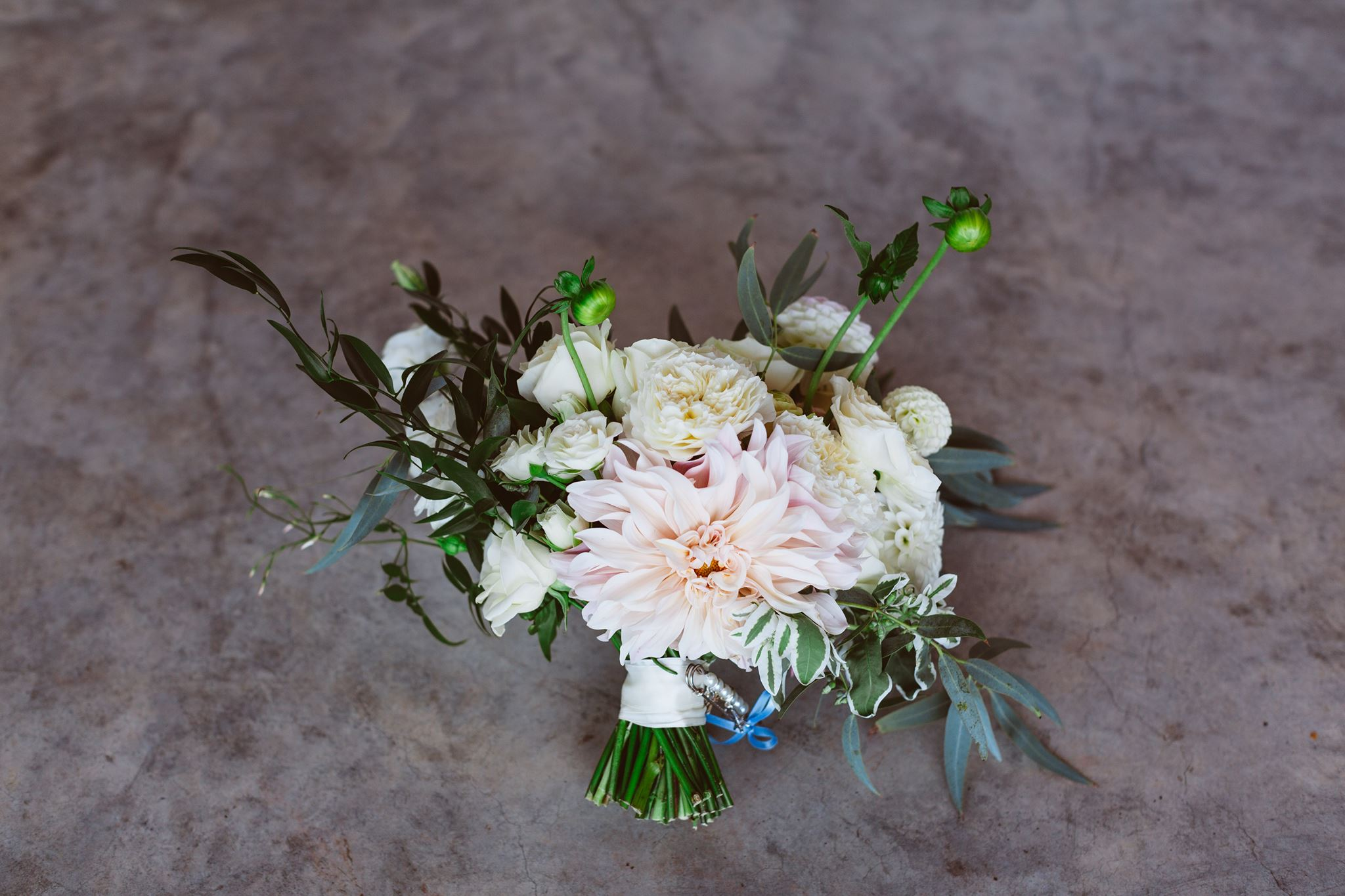 Swift and Click Wedding Photo Dahlia Bouquet Garden Bouquet Rose White Romantic Wedding Bridal Eucalyptus Ruscus