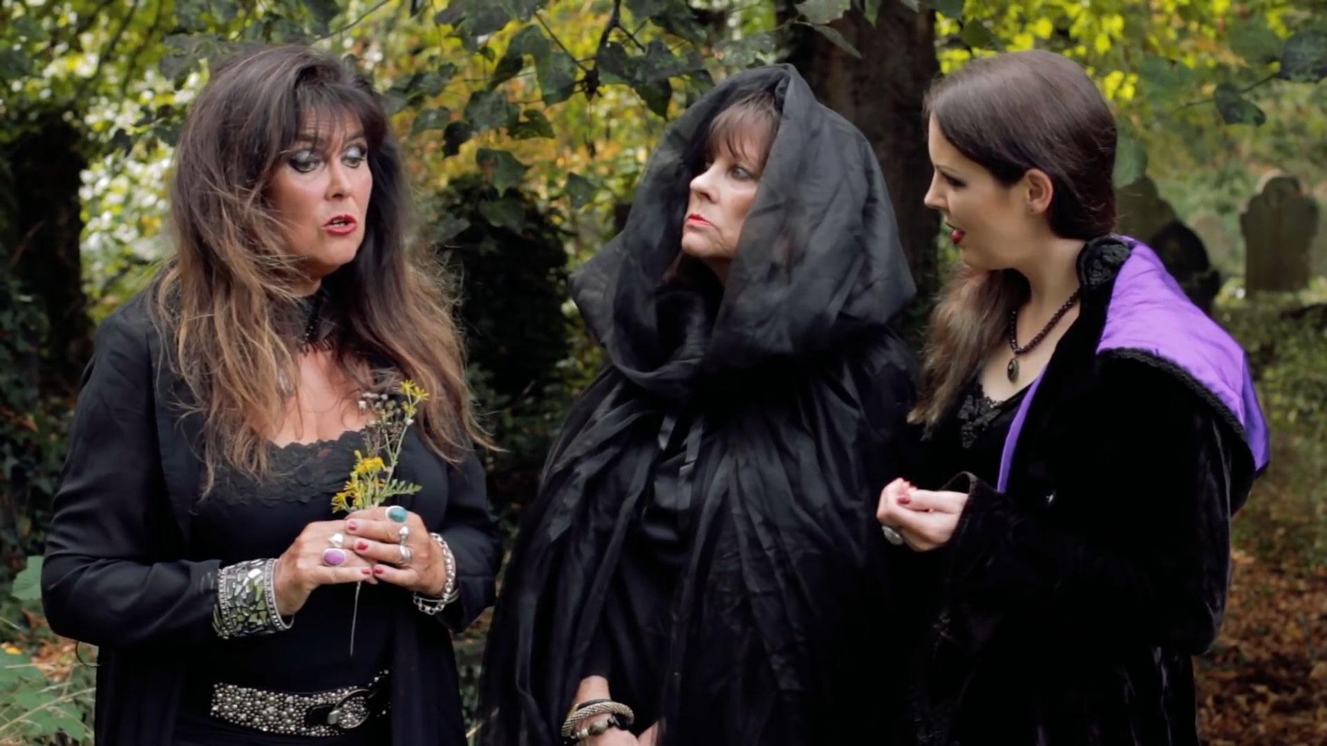 FRANKULA_vampires_Clarissa_Vera_and_Agnes_meet.jpg
