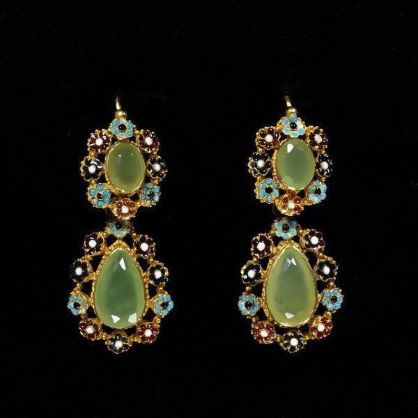 France, c. 1825   Earrings, enamelled gold with chrysoprasesV&A Museum