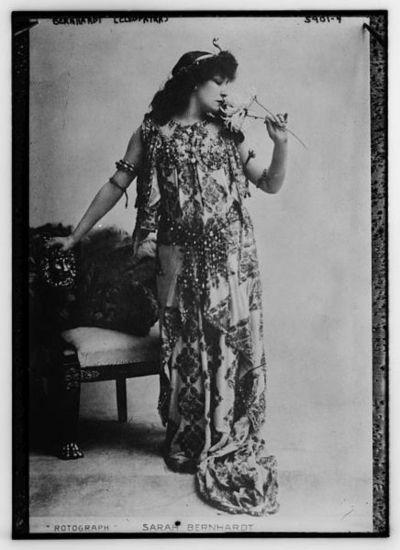Sarah Bernhardt as Cléopatre. Circa 1899.