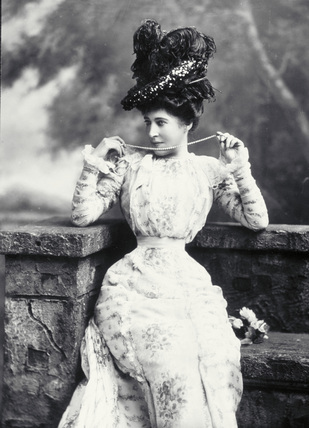 Lily Langtree (1853 – 1929) was one of the fashionable actress of the time responsible for popularizing large hats and therefore hatpins.