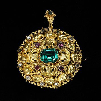 England, c. 1830   Gold with grainti decoration, set with a green paste, garnets and green foiled aquamarines   V&A Museum