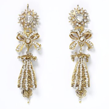 Pendeloque gold filigree and pearl earrings. Salamanca 1800-1870. V&A Museum.