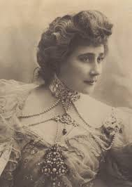Edwardian lady wearing a résille necklace.