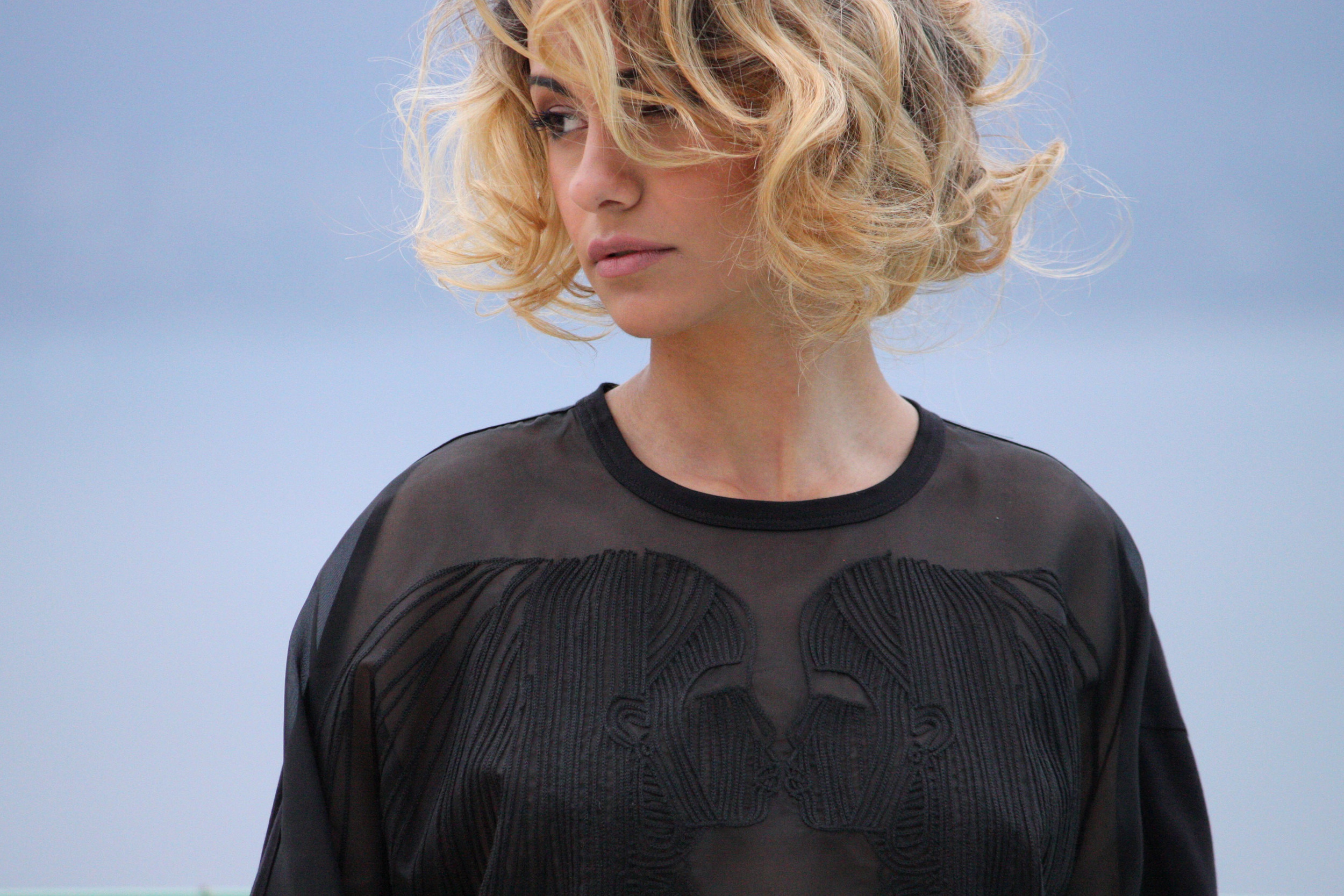 Mathéa porte une tunique N°21 dos jersey de coton, devant en organza brodé : 370 €