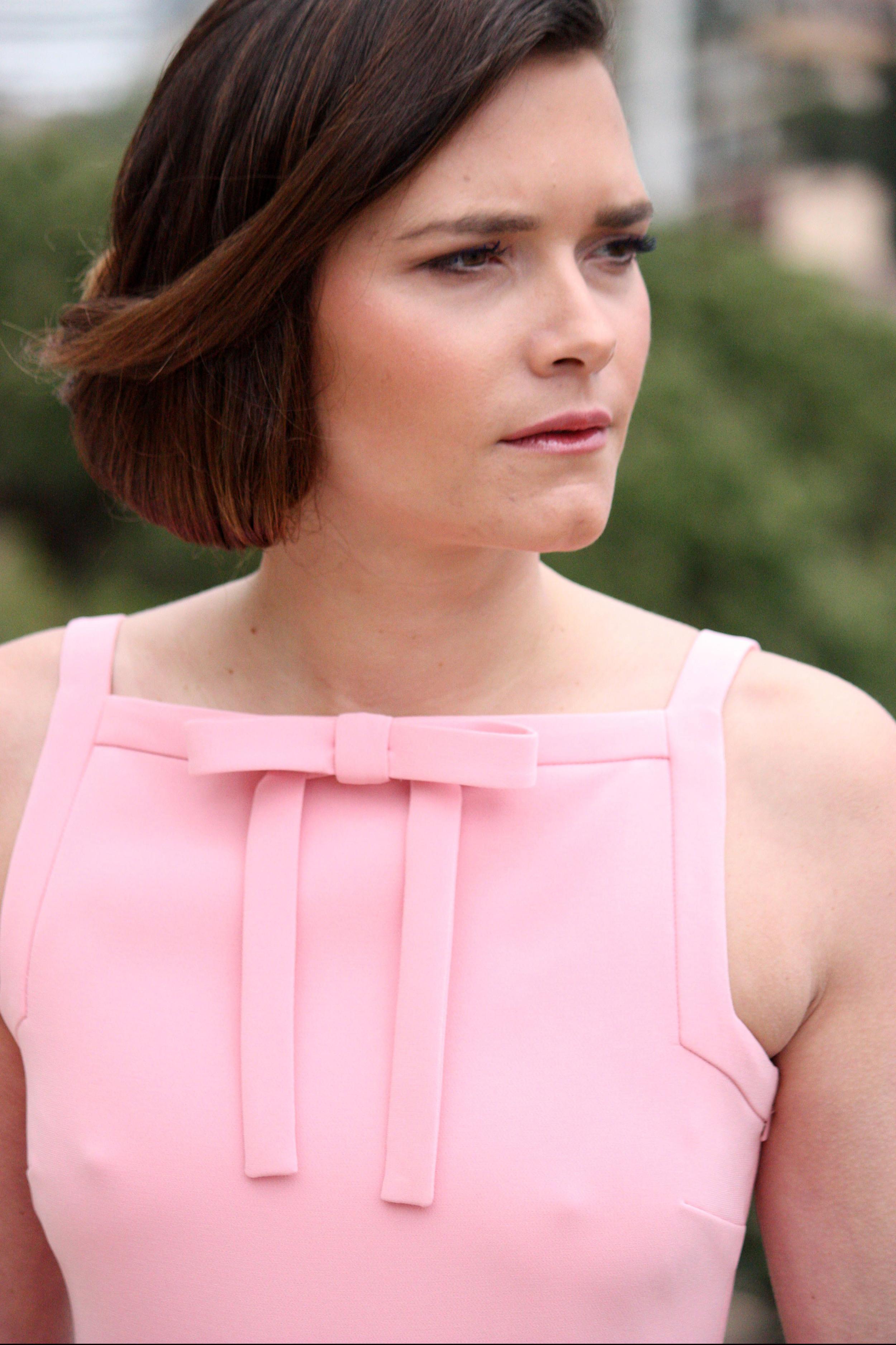 Clara porte une robe en crêpe BOUTIQUE MOSCHINO : 450 €