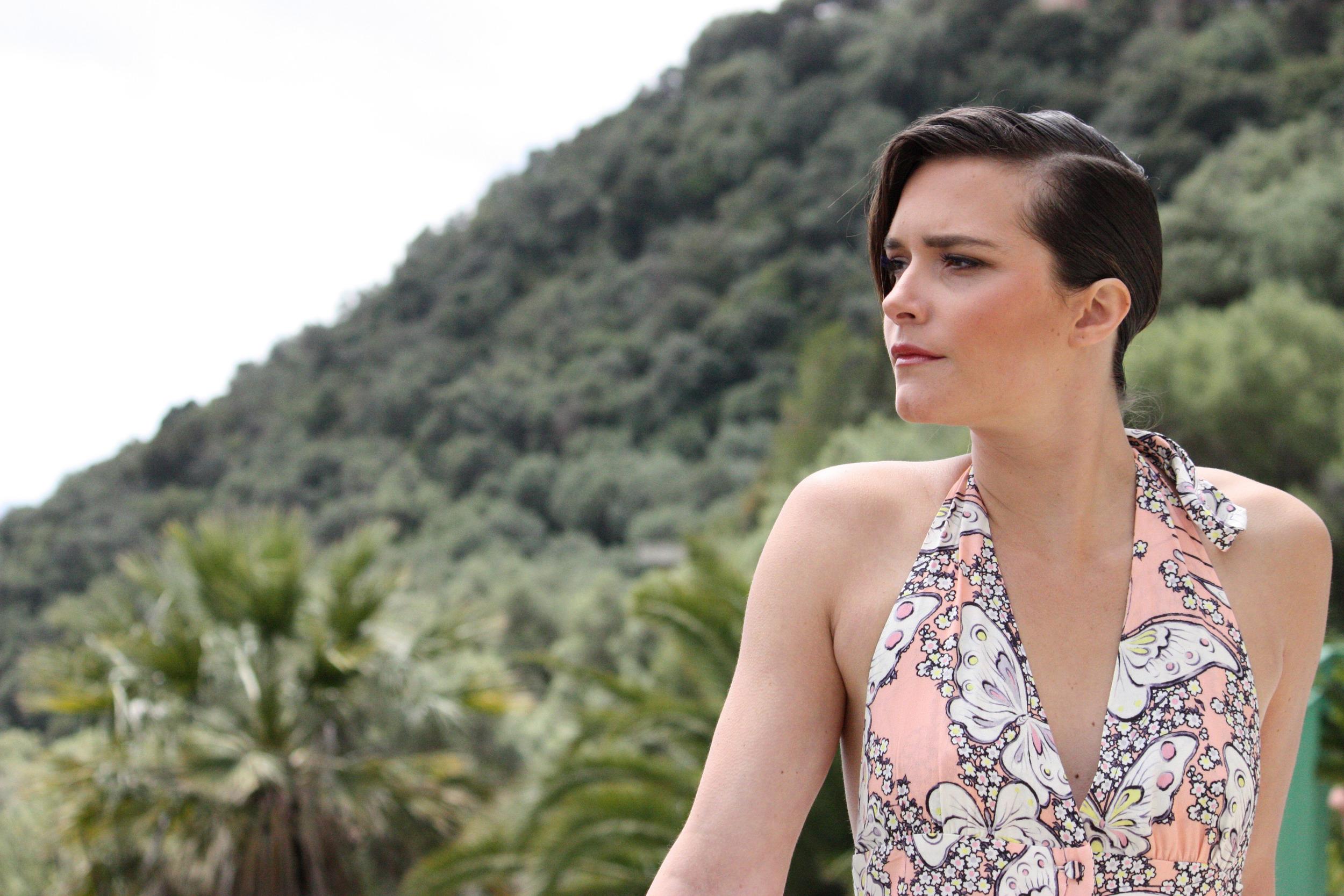 Clara porte un robe longue Paul & Joe  Boutonnée devant et dos-nu : 465 €  Disponible en 34
