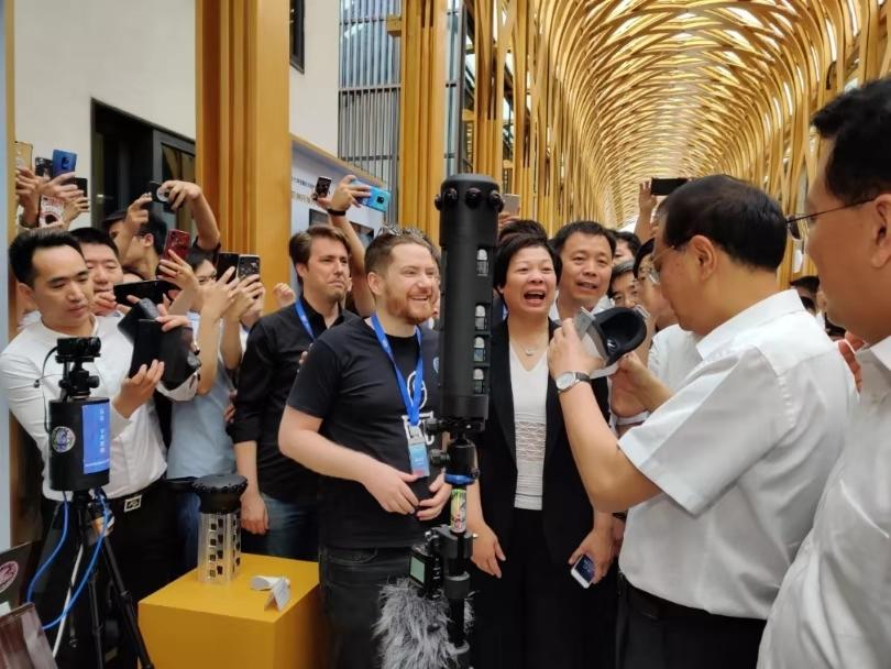 Nikk showing VR to Premier Li Keqiang.jpg