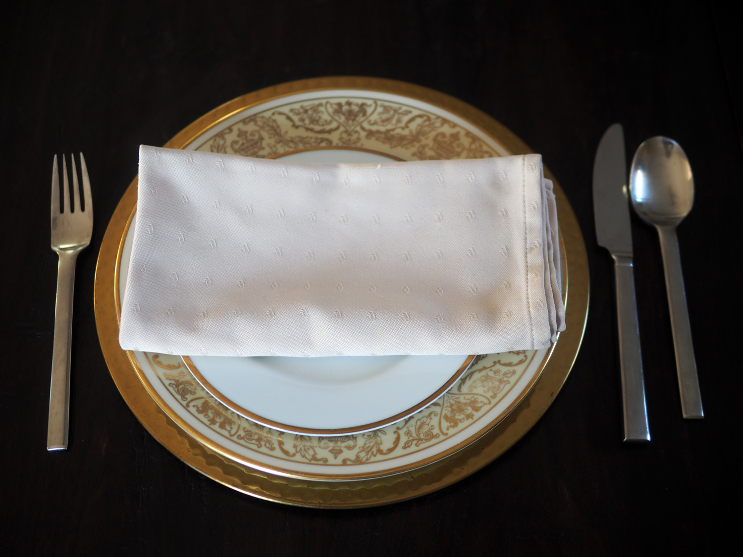 Is there anything easier than folding a napkin and placing it in the middle of the plate. I think not. But we can pump it up. Read on...