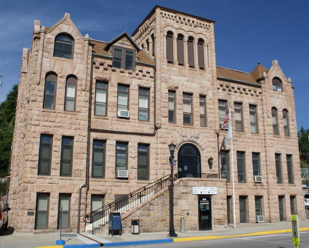 Fall_River_County_Courthouse,_Hot_Springs,_South_Dakota.jpg