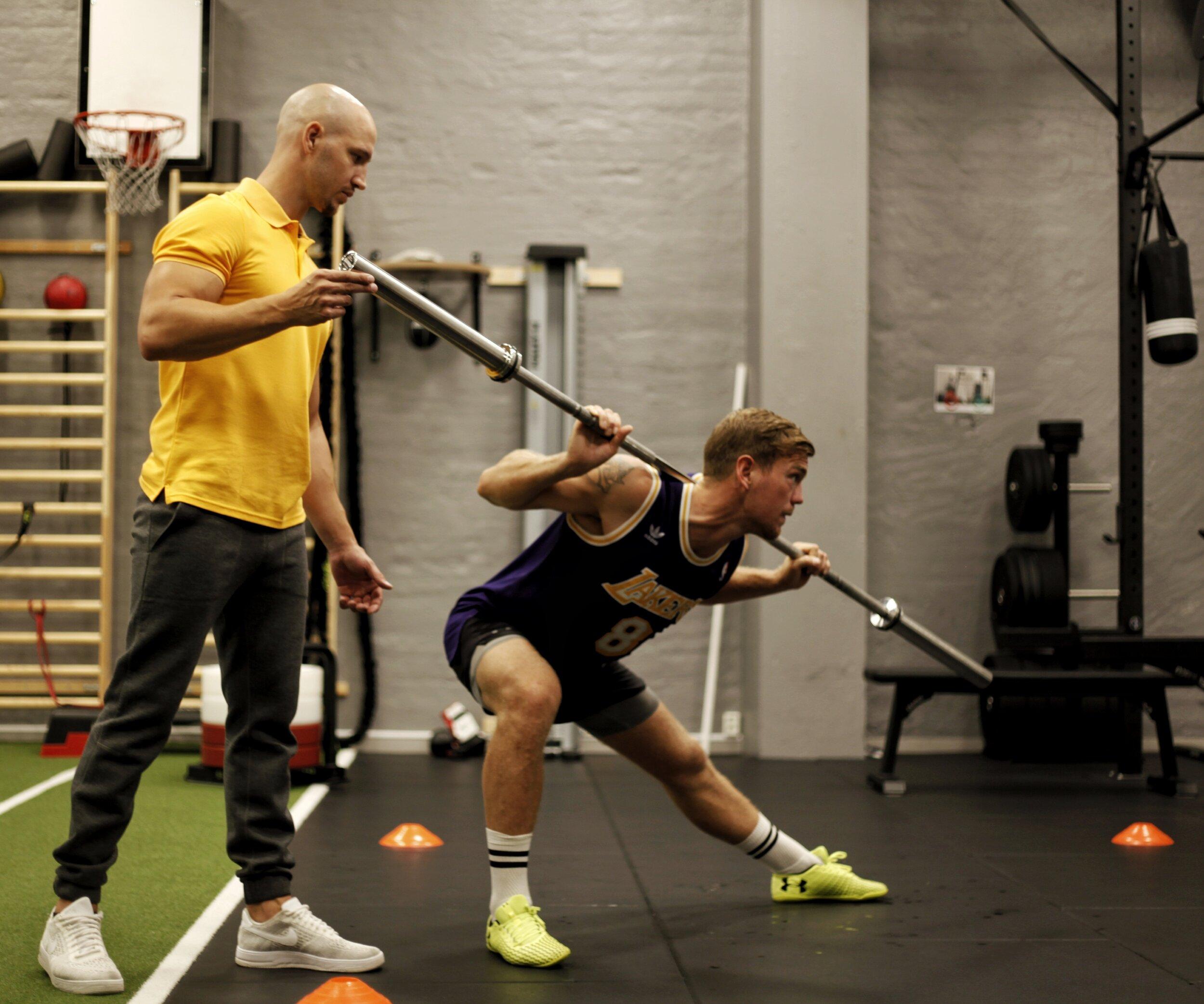 Sven Fornling stärker bål och säte inför kommande boxningsmatch då han skall försvara sin världsmästartitel i lätt tungvikt.