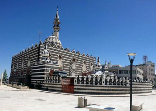 View of Abu Darweesh Mosque and the adjacent public plaza.   لقطة تبين مسجد أبو درويش والساحة العامة المحاذية له