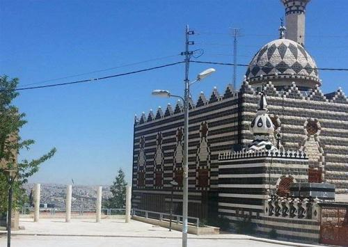 Partial view of Abu Darweesh Mosque showing the panoramic lookout to its left.   لقطة جزئية لمسجد أبو درويش تظهر فيها المساحة المطلة على مدينة عمّان على يسار المسجد