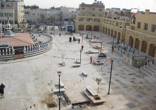 Bird's-eye view of the plaza with Abu Darweesh Mosque to the left. لقطة علوية للساحة تبين جزءاً من مسجد أبي درويش على جهة اليسار