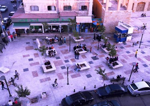 Bird's-eye view of the eastern part of the plaza. لقطة علوية للجزء الشرقي من الساحة