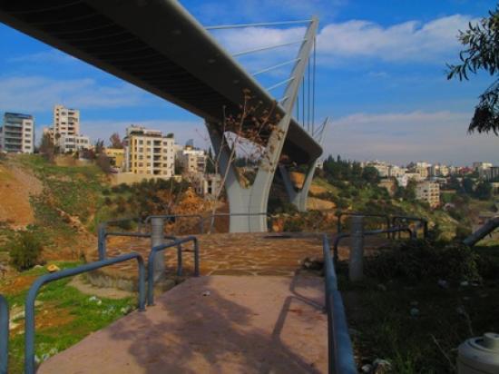 View of the park's lookout area facing the opposite hill of Wadi Abdun   لقطة للمساحة المطلة على وادي عبدون والتل المقابل للوادي
