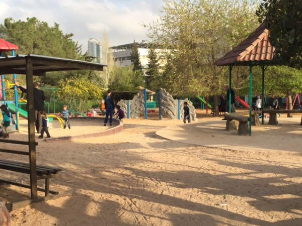 View of the children's play area taken from the north   لقطة لمساحة اللعب مأخوذة من الشمال