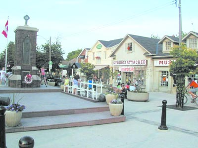 This simple, small square in the Canadian town of Streetsville is a very good example of a space that brings the local community together. During the summer evenings, people of all ages come here to play, socialize, or just quietly sit down and relax. The ice cream shop and coffeehouse located along the square provide added elements of attraction. (Mohammad al-Asad)