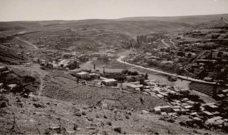 Aerial view of Amman showing the Amman Creek and the Roman Theater. .صورة جوية لعمان تبيّن سيل عمان والمدرج الروماني