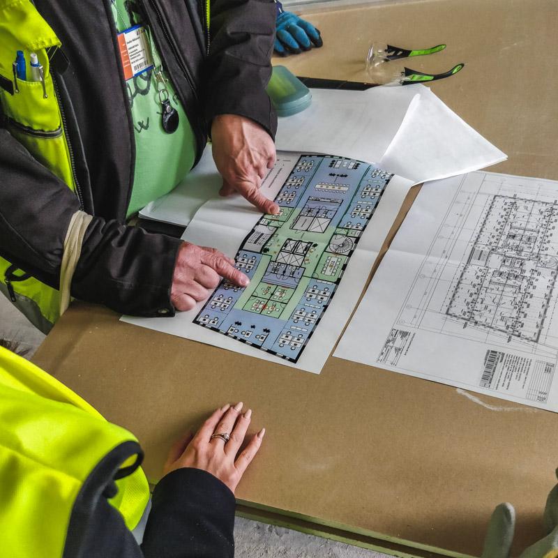 eCraftilaiset pääsevät suunnittelemaan ja vaikuttamaan rakennusvaiheessa olevaan toimistoonsa suoraan työmaalta käsin. Tässä pohdittiin väliseinien paikkoja rakennusinsinöörien kanssa.
