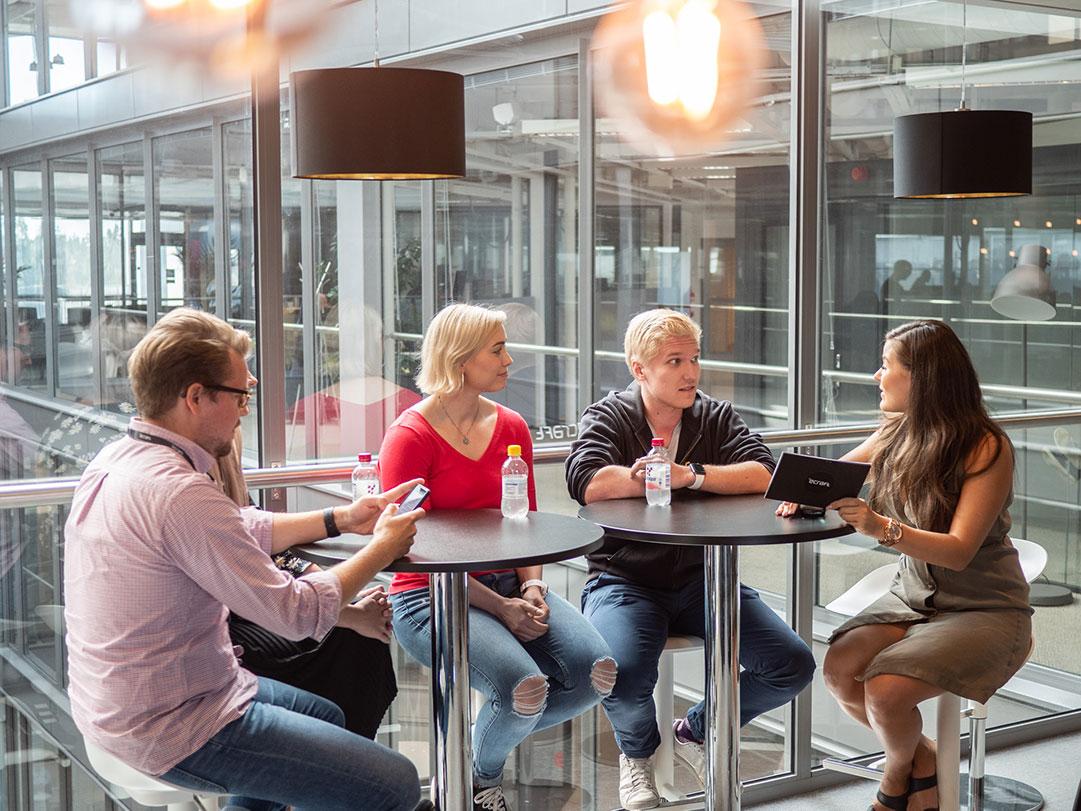 NewCraftereita edustavat Markus (vas.), Juli-Ann, Sofia ja Markus. Haastattelemassa eCraftin rekrytoija Janika (oik.).