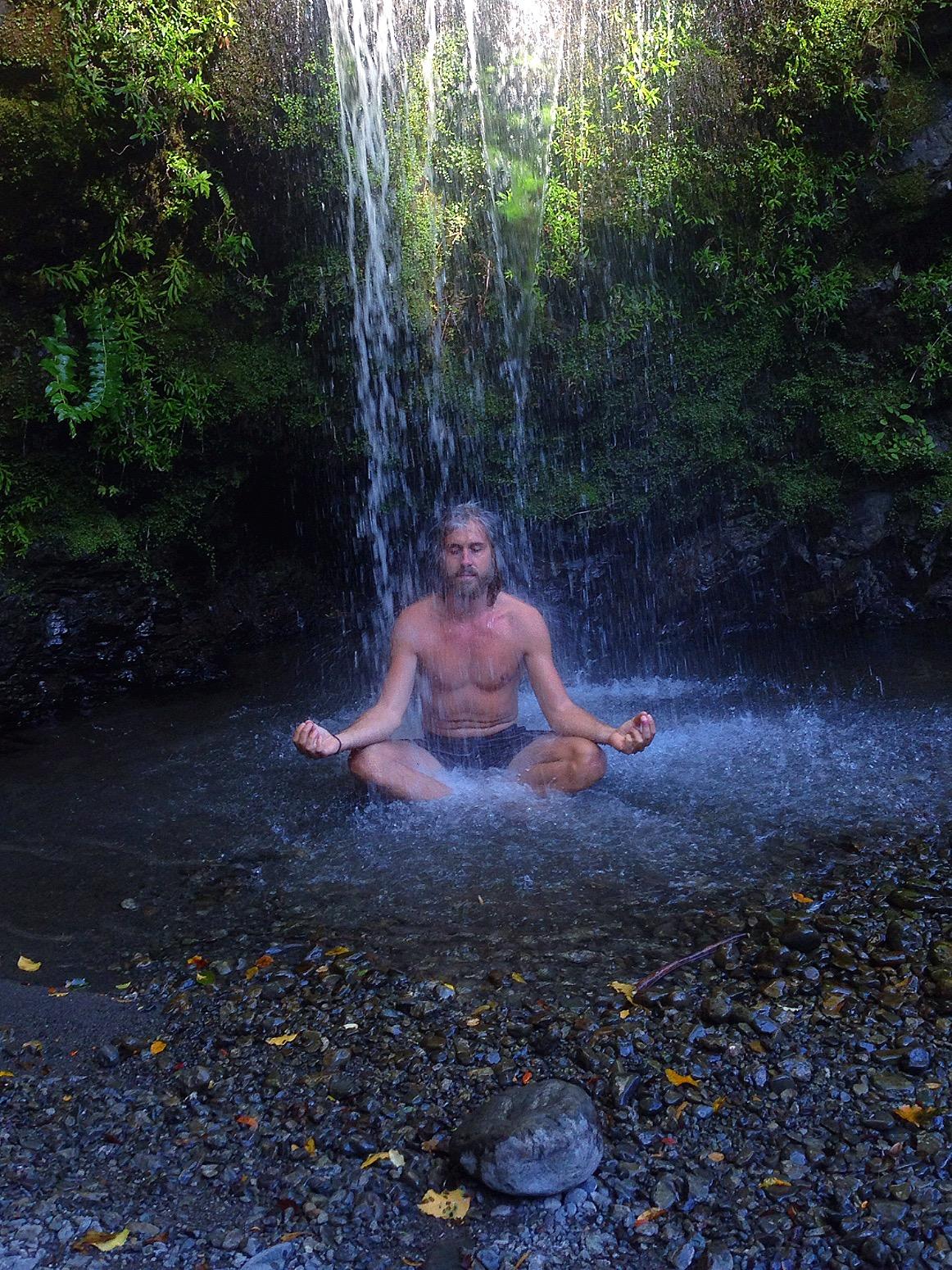 Meditatie (een poging) onder een waterval in Nieuw-Zeeland. Note: Water van een gletsjer... (ik heb het niet heel lang vol kunnen houden!)