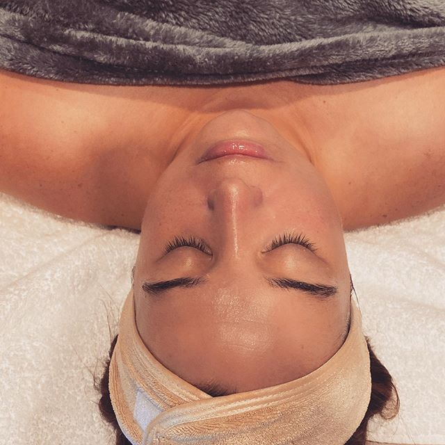 So good to see Francesca of @theeventfulgals ! She deserved a little pampering today before another busy wedding weekend 🧖🏻‍♀️She had a hydrafacial + LED and a special 24kt gold mask as well as arm and neck massage with hot mitts.🧤 Look at that glow! ✨✨ She is taking this town ( and other states ) by storm with her wedding planning skillz! 💍🥂💎💒👰🏻
