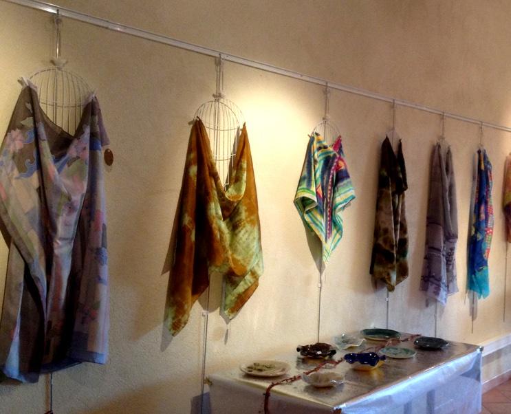 Le monde romantique et féerique de l'artiste bulgare  Alfiya Kircheva  a été représenté dans ses foulards en soie aériens peints à la main.