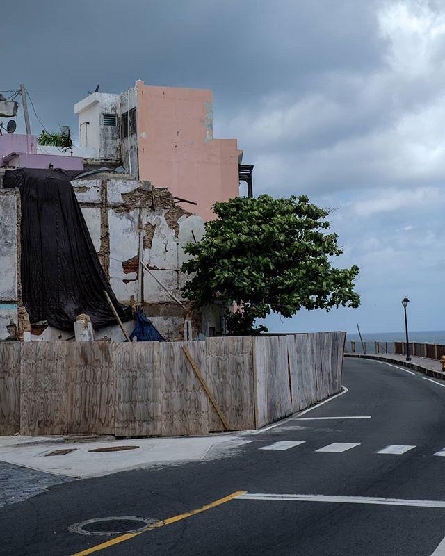 City Still Life . . . . San Juan 2018 . . . . . . . .  #citybestpics #agameoftones #city_explore #illgrammers #thecreative #shotaward #seemycity #createcommune #citylimitless #heatercentral #guardiancities #fatalframes  #icu_architecture #jj_architecture #creative_architecture #arkiromantix #tv_architectural #archimasters #excellent_structure #arquitecturamx #diagonal_symmetry #lookingup_architecture #unlimitedcities  #fujifeed #myfujifilm #fujixclub #fujiframez #fujifilmxseries