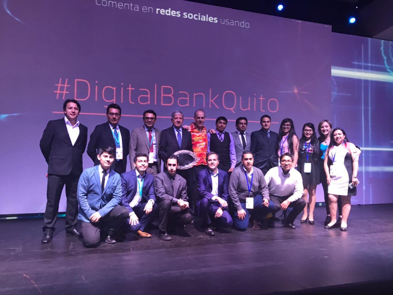 - Este año, miembros del equipo de Noux, recibiendo un reconocimiento por parte de la Asociación de Bancos del Ecuador (Asobanca), por los 15 años de la empresa sirviendo al país