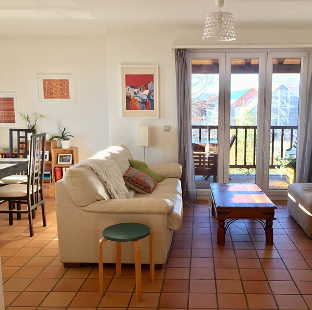 Switzerland friends, I need your help! We're looking for someone to rent our lovely sunny apartment in Gingins (20 min from Geneva, 30 min from Lausanne) as we're moving to France. Available from the 1st of April, for 2580 CHF/ mo, inclusive of charges and an indoor parking spot. The duplex apt is 3 bedroom, 3 bathroom, 110m2 with 3 balconies (south-and west-facing.) It's in a small building with views of the Alps and Mt. Blanc on one side (the pic of the sunrise is from the balcony) and the Jura on the other side for sunshine all day long. Includes a big cellar for storage (and your wine collection) and free parking outside. If you know anyone looking for an apartment in the area, please tag them here or DM me. A bottle of wine or homemade cookies for anyone who helps us find a renter! 🍾🍪🙏