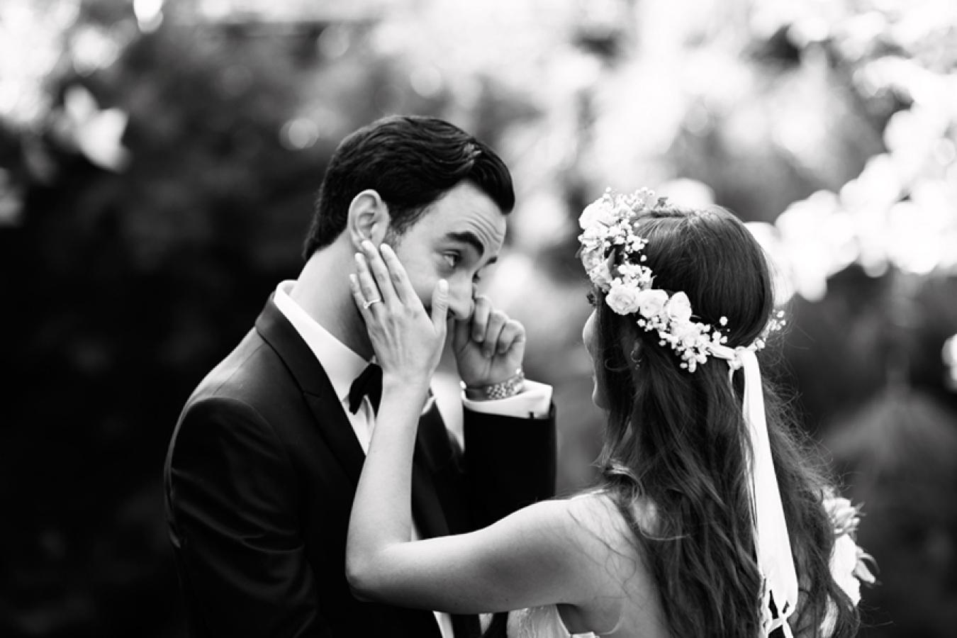 white-flowers-hidden-garden-los-angeles-wedding-heirloom-paper-invitations-the-garland-couple-firstlook