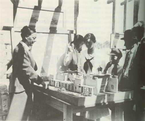 Image 6 / Alice Constance Austin showing models to Llano del Rio colonists in 1916