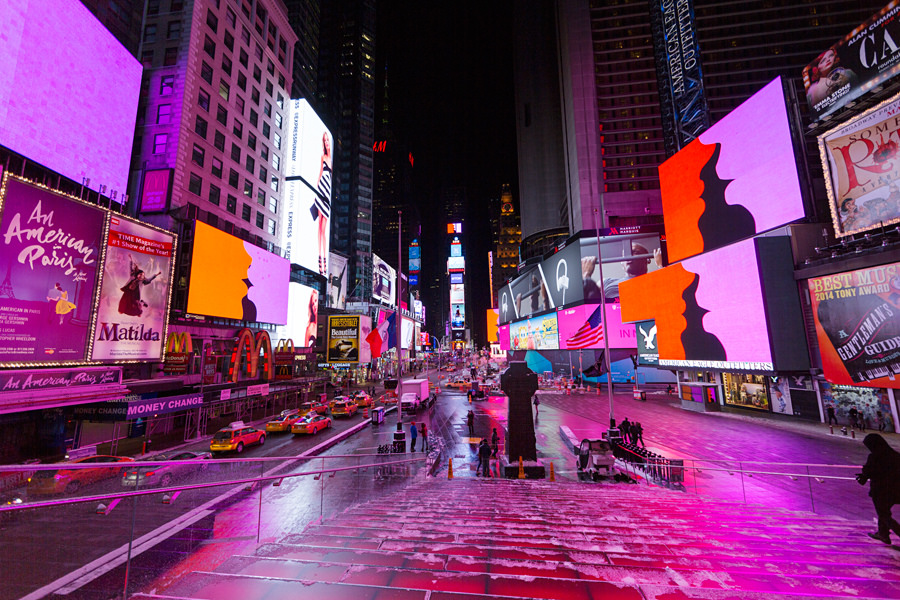 During the month of February 2015, much better than this .com was exhibited from 11:57 pm to midnight. Rafaël Rozendaal, much better than this .com, 2006. February 2015, Midnight Moment: Much Better Than This, © Times Square Arts, Times Square, New York. Photograph by Ka-Man Tse