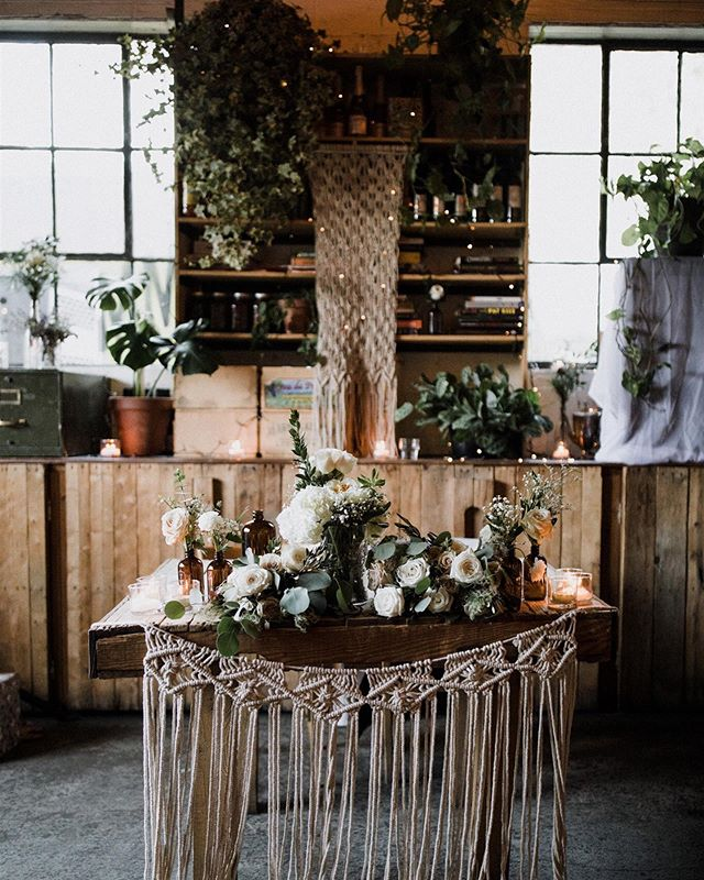 Table for ✌🏻 cocktail dînatoire style! We truly enjoyed creating the design for this boho urban wedding🌿 @brentcalis @grumman78 . . . #wedding #weddingvibes #bohowedding #urbanwedding #macrame #plantlife #greenery #instawedding #weddingdesign #montrealwedding #grumman78  #montrealweddingplanner #dekaevents #montrealbride #mariagequebec #weddingbellsmag #canadianwedding #weddingwednesday