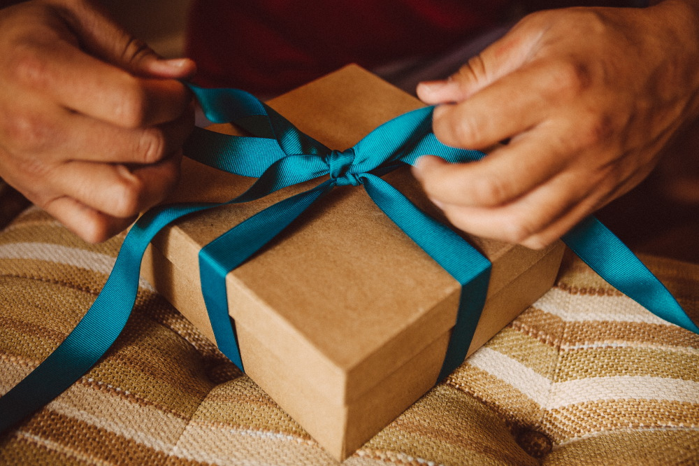 san   diego wedding photographer | gift box being tied with ribbon
