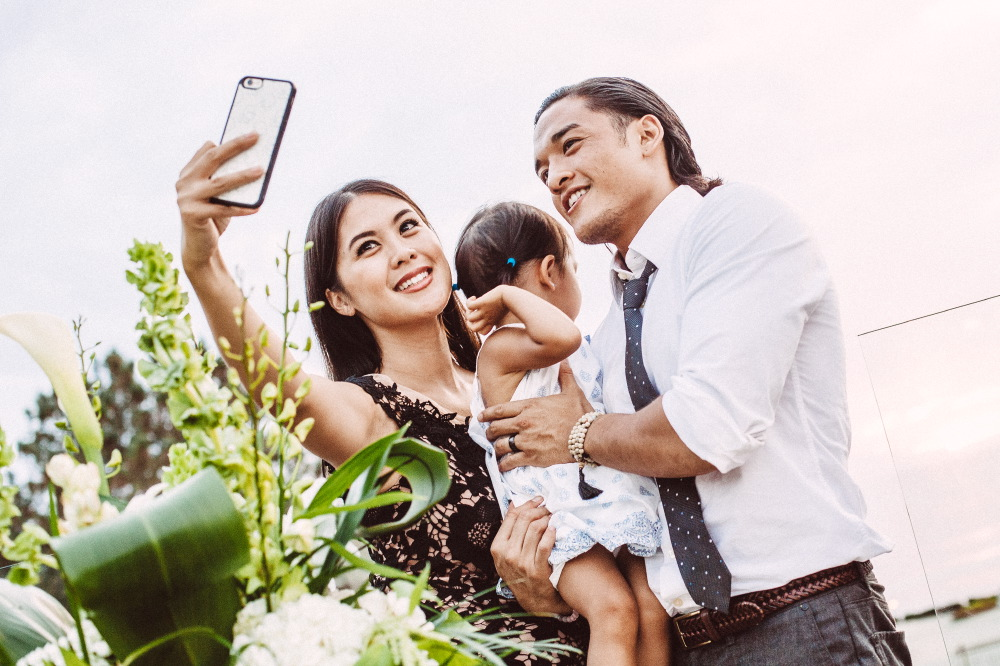 san   diego wedding photographer | wedding attendees taking selfie with baby