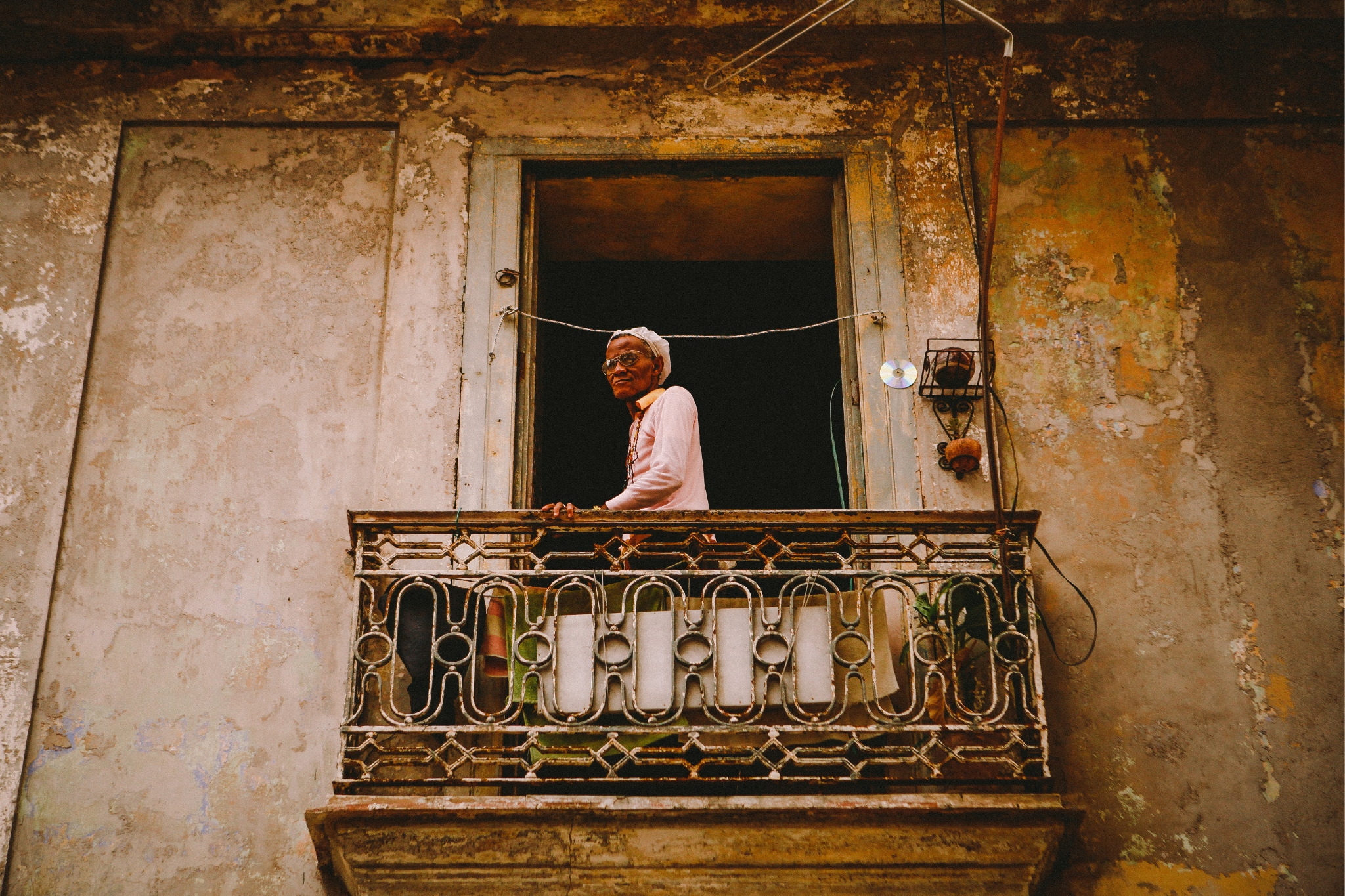 san diego wedding   photographer | old woman looking down from old balcony