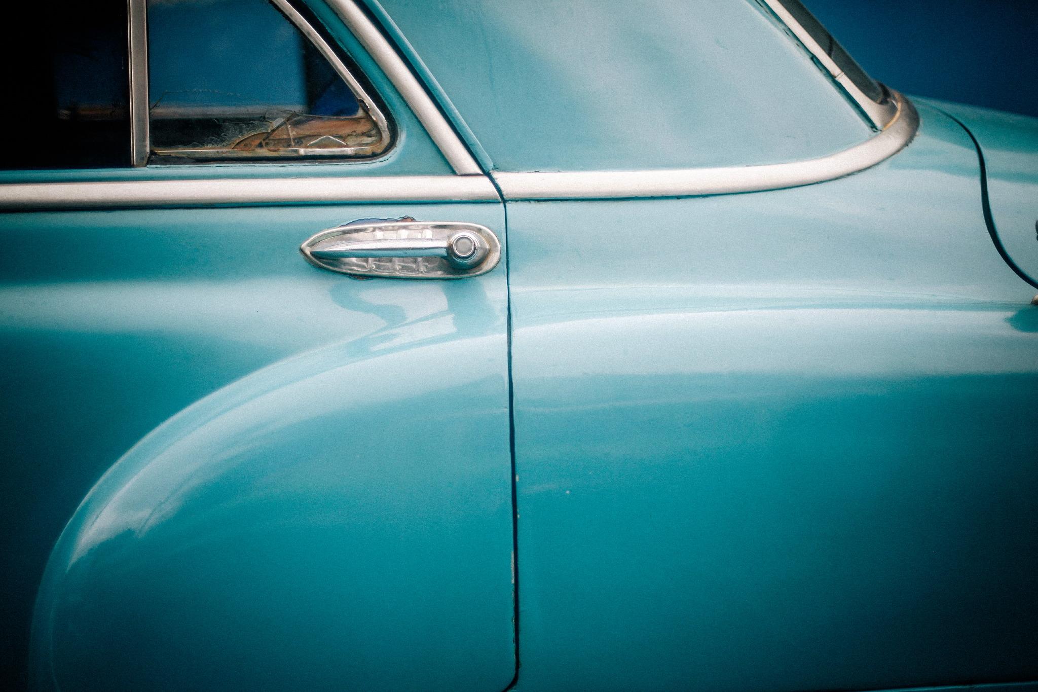 san diego wedding   photographer | closeup of teal car's door handle