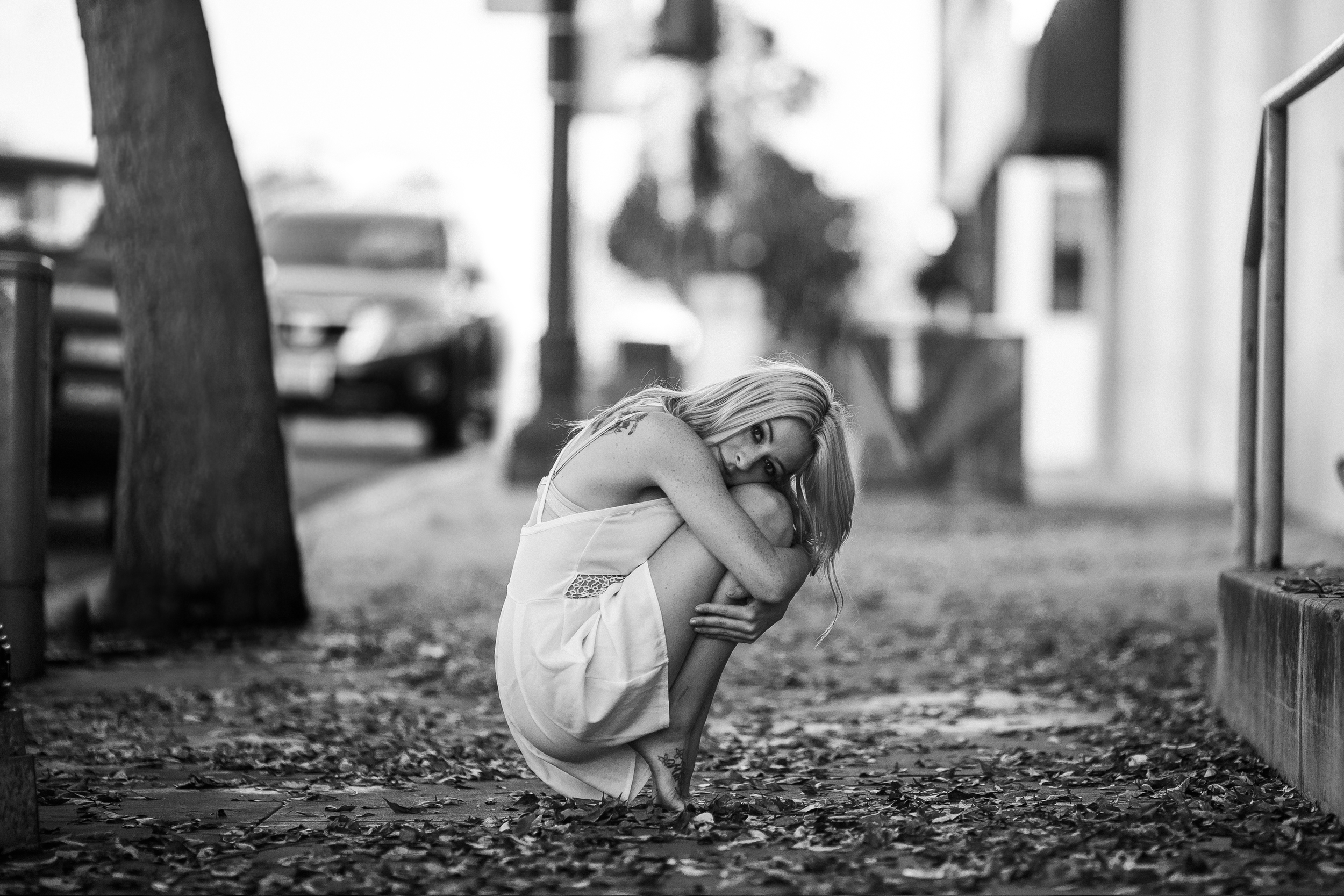 san diego wedding   photographer | monotone shot of barefoot blonde woman hugging knees on   tiptoes