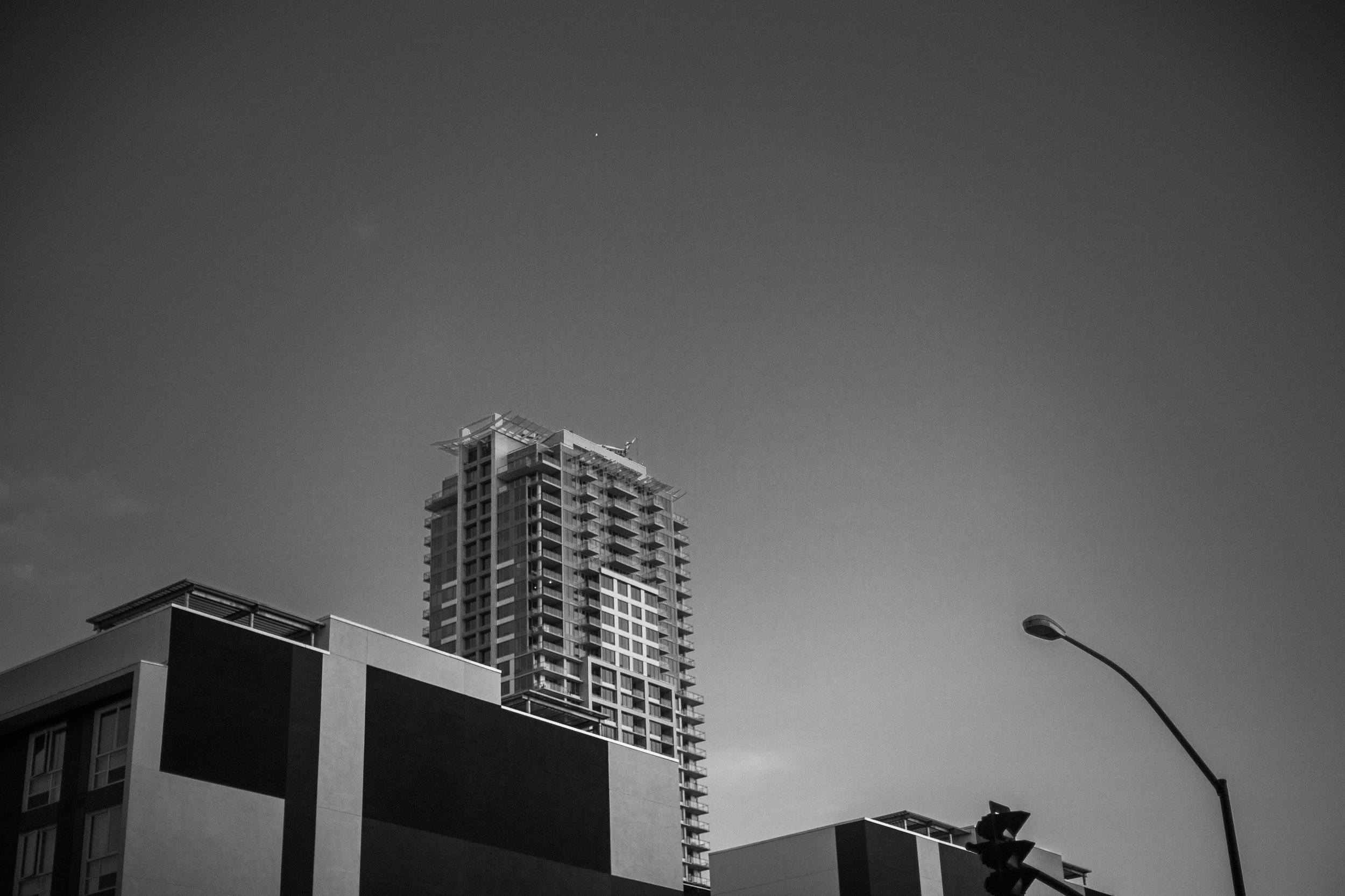 san diego wedding   photographer | monotone shot of skyrise building with street light in view