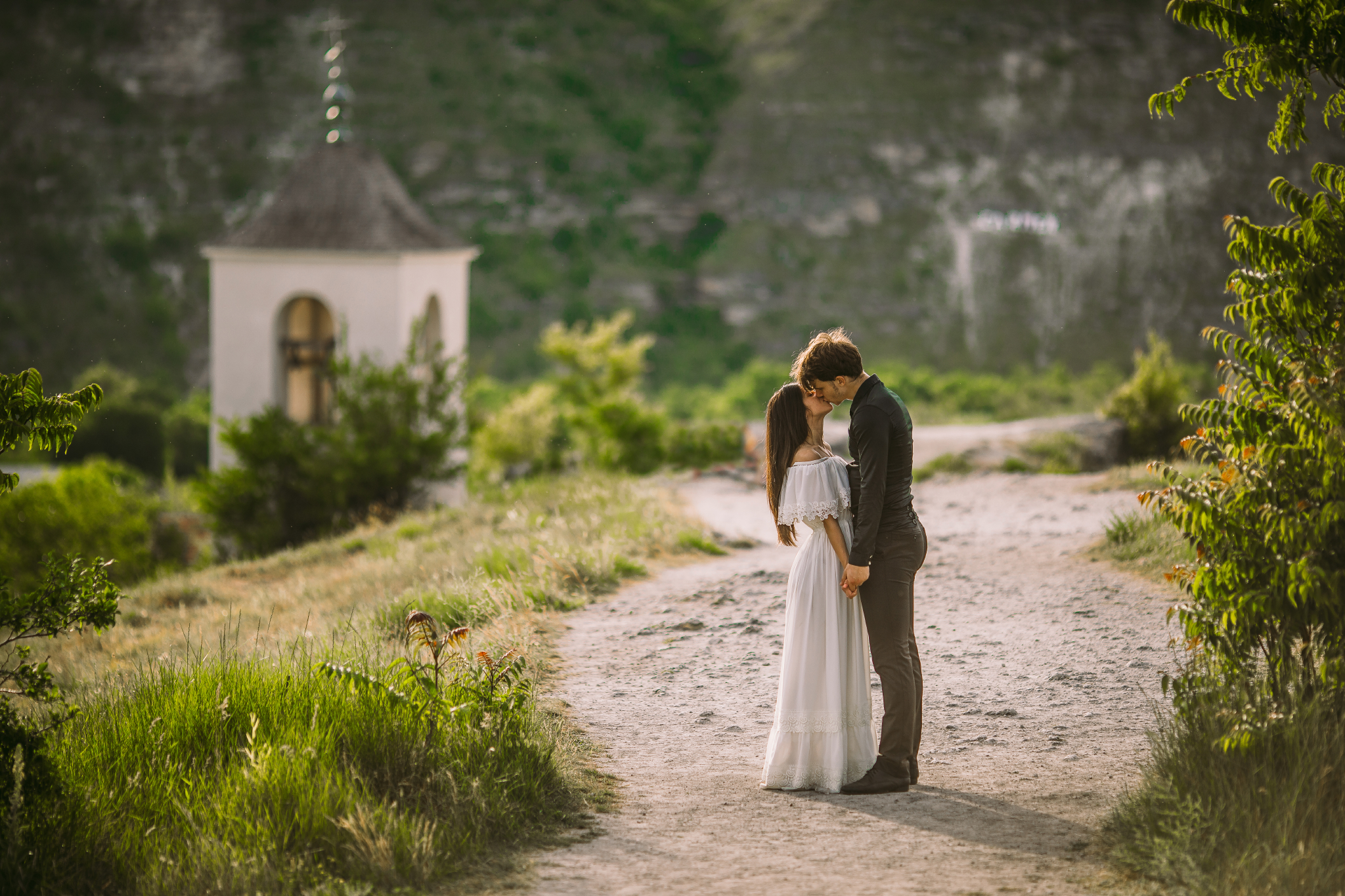 san diego wedding   photographer | couple kissing on road