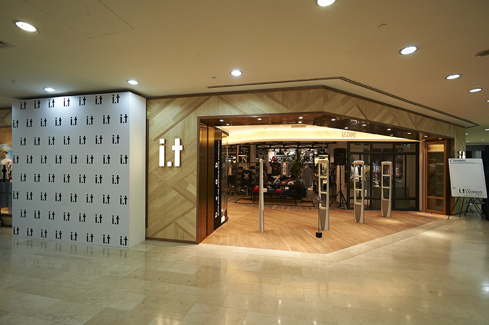 2013: First i.t Store in Singapore