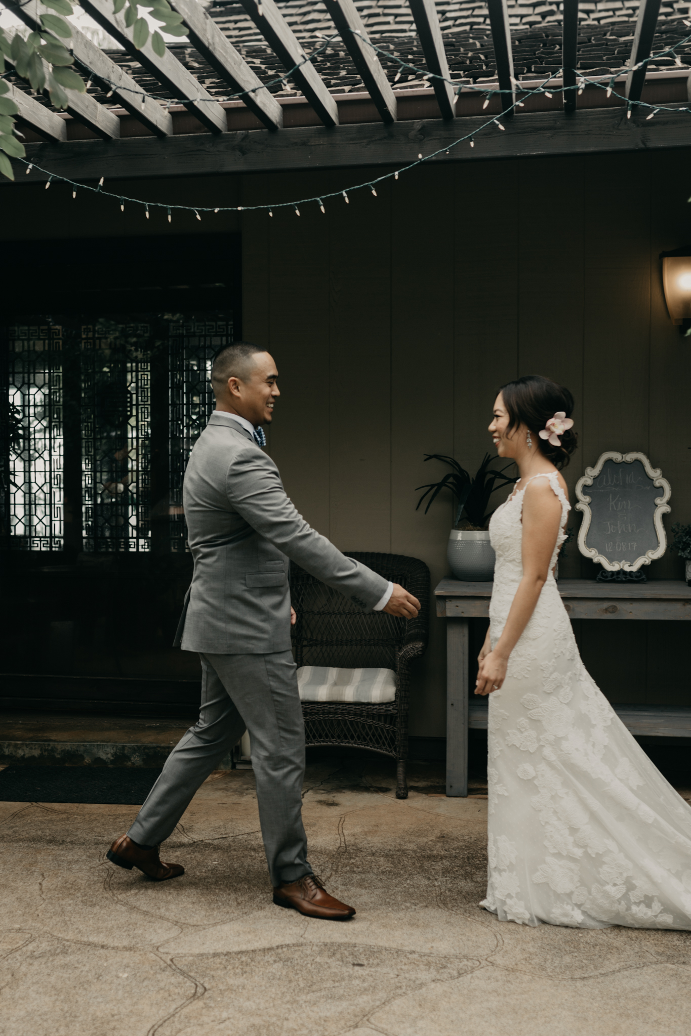The first look-Hawaii estate wedding