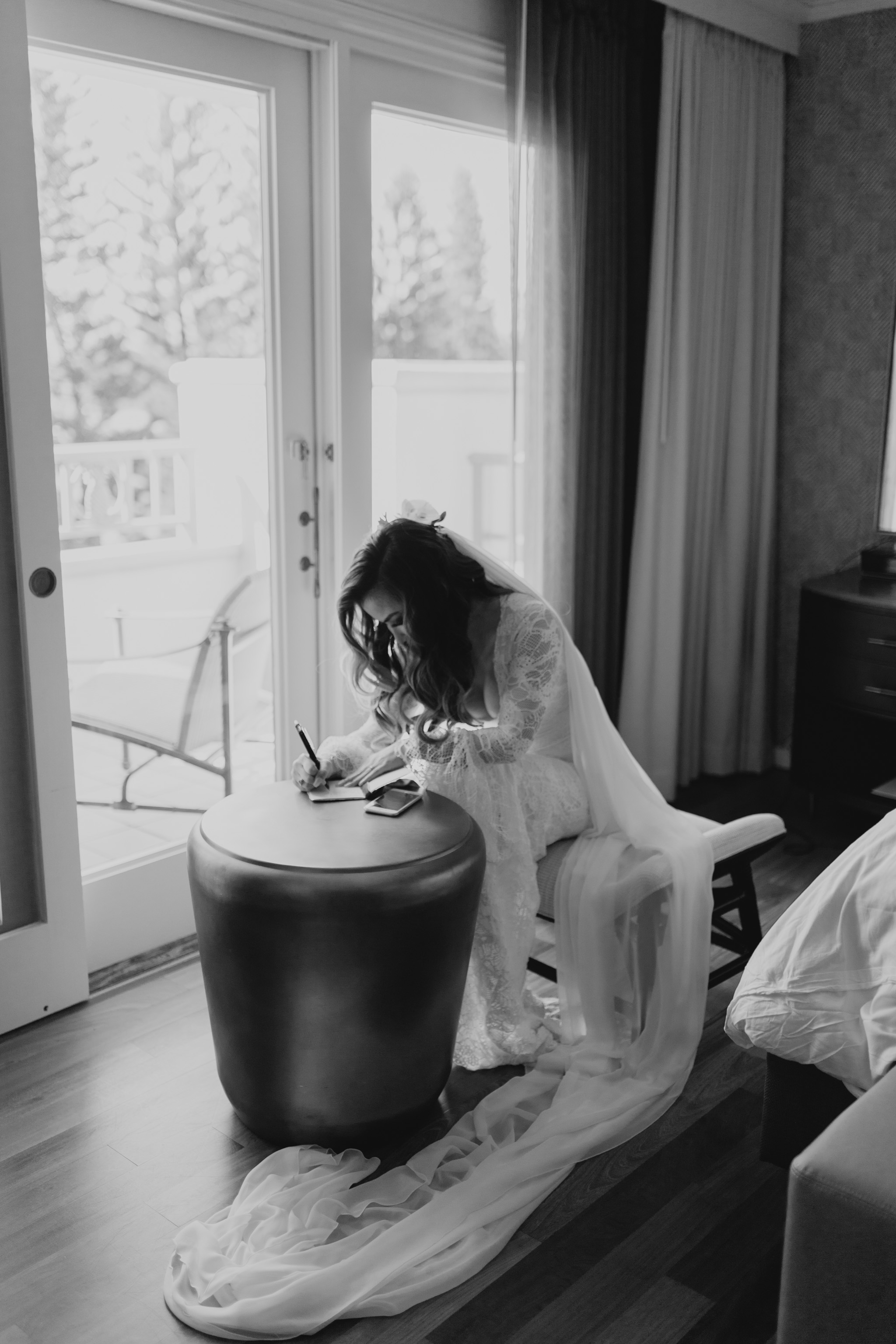 Bride writing her vows before the ceremony by Hawaii Wedding Photographer Desiree Leilani