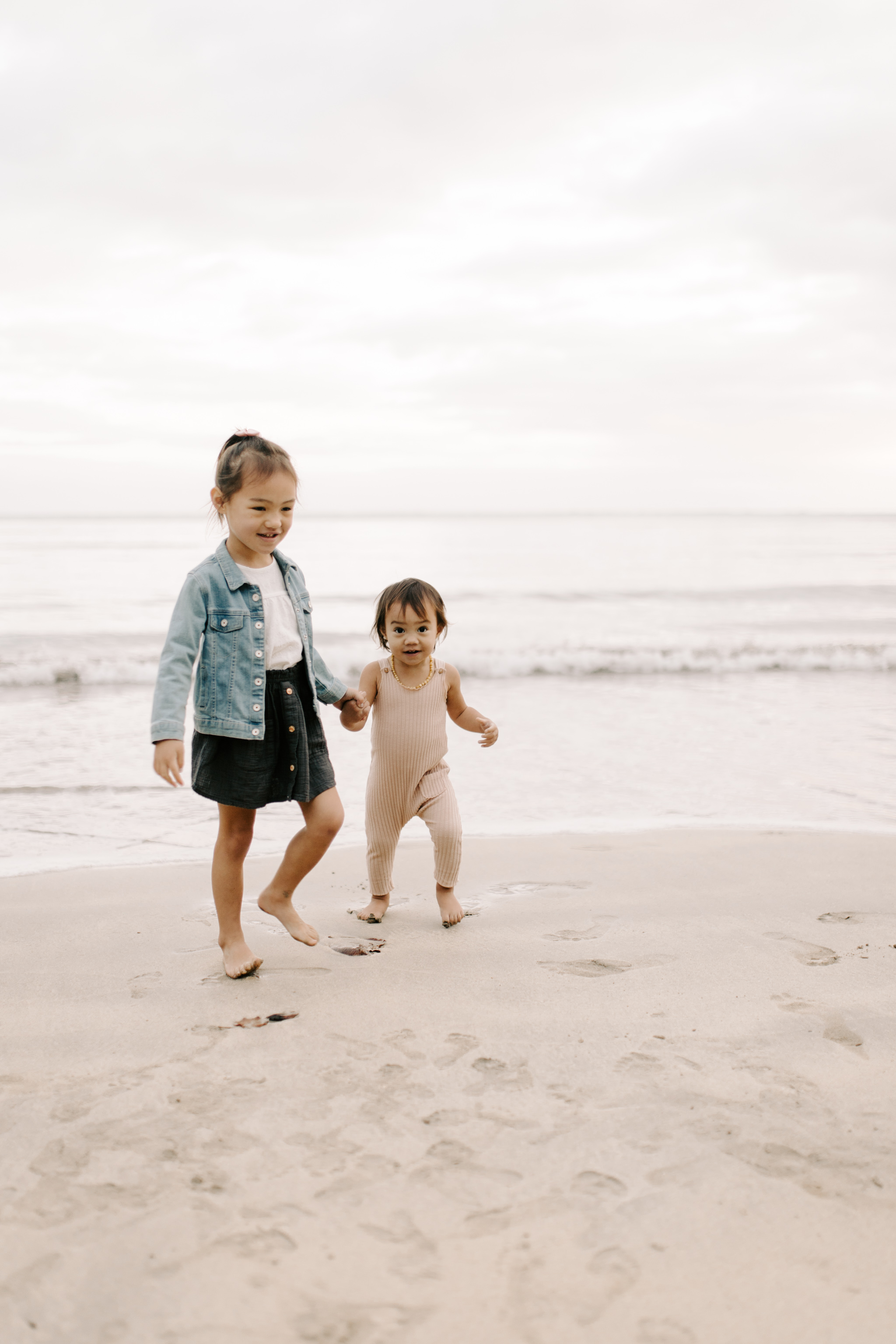 The Cutest Sister Photos at Kahana Bay by Hawaii Family Photographer Desiree Leilani