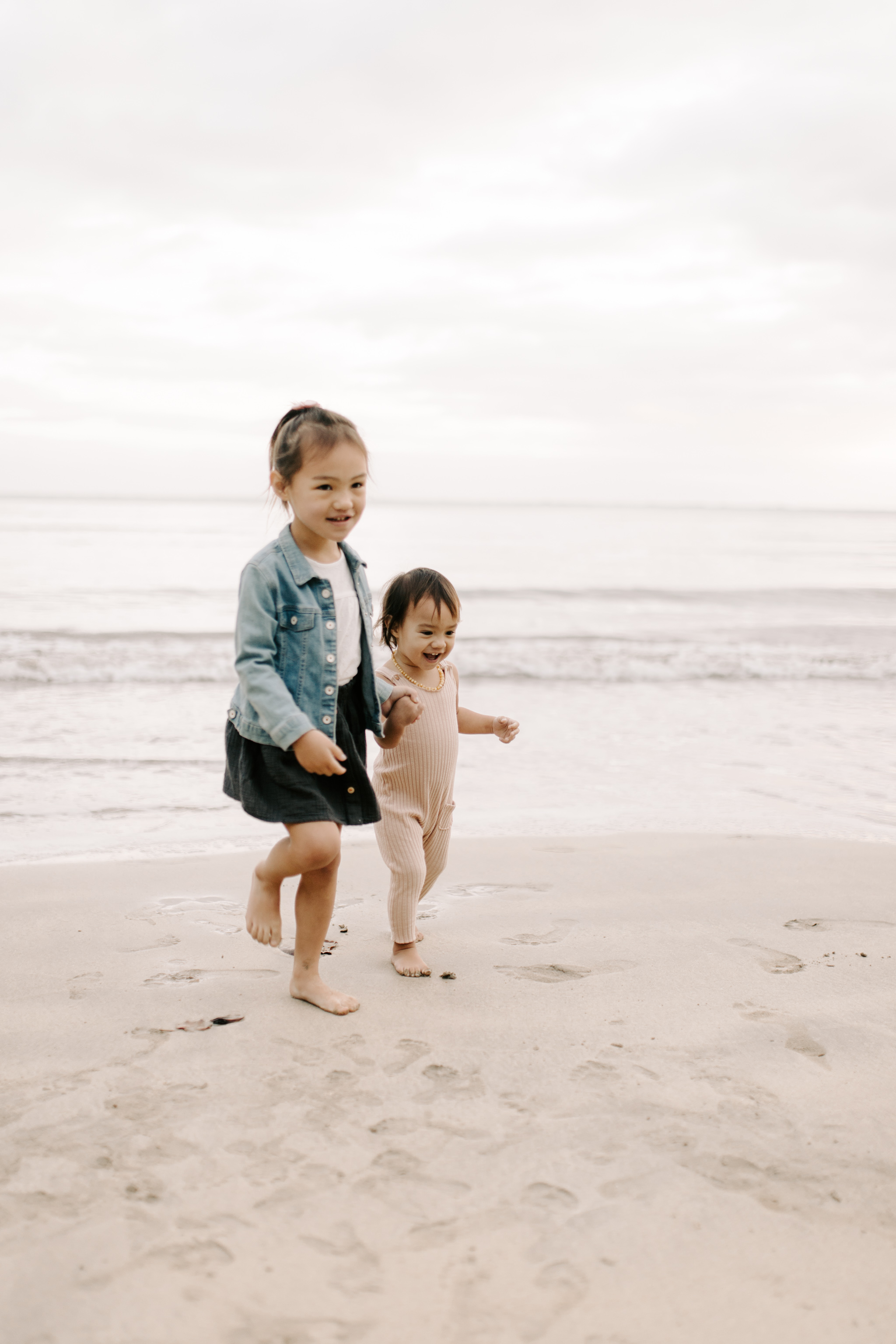 Cute Pictures of Sisters at Kahana Bay by Oahu Family Photographer Desiree Leilani