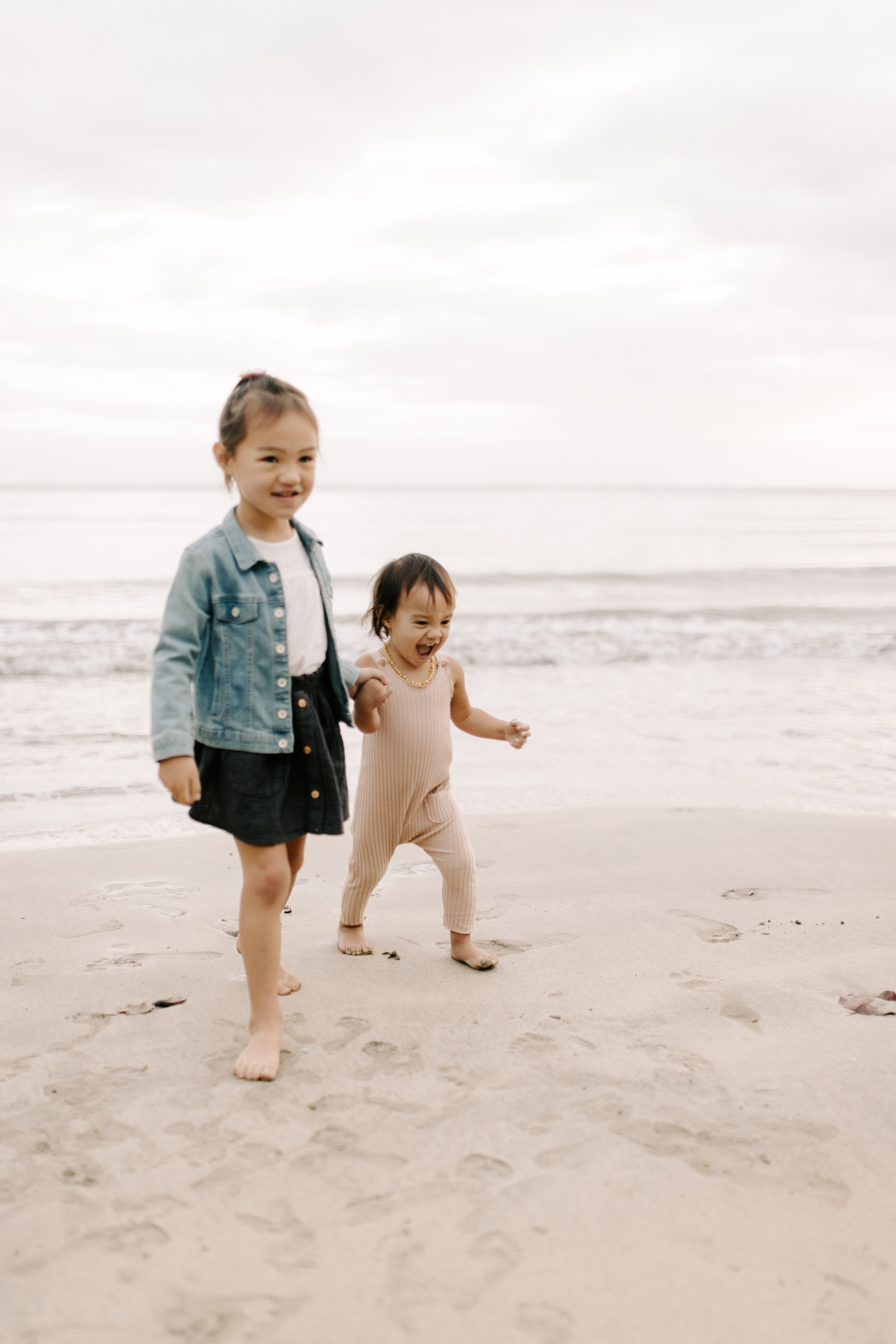 Cute sister photos at Kahana Bay by Hawaii Family Photographer Desiree Leilani