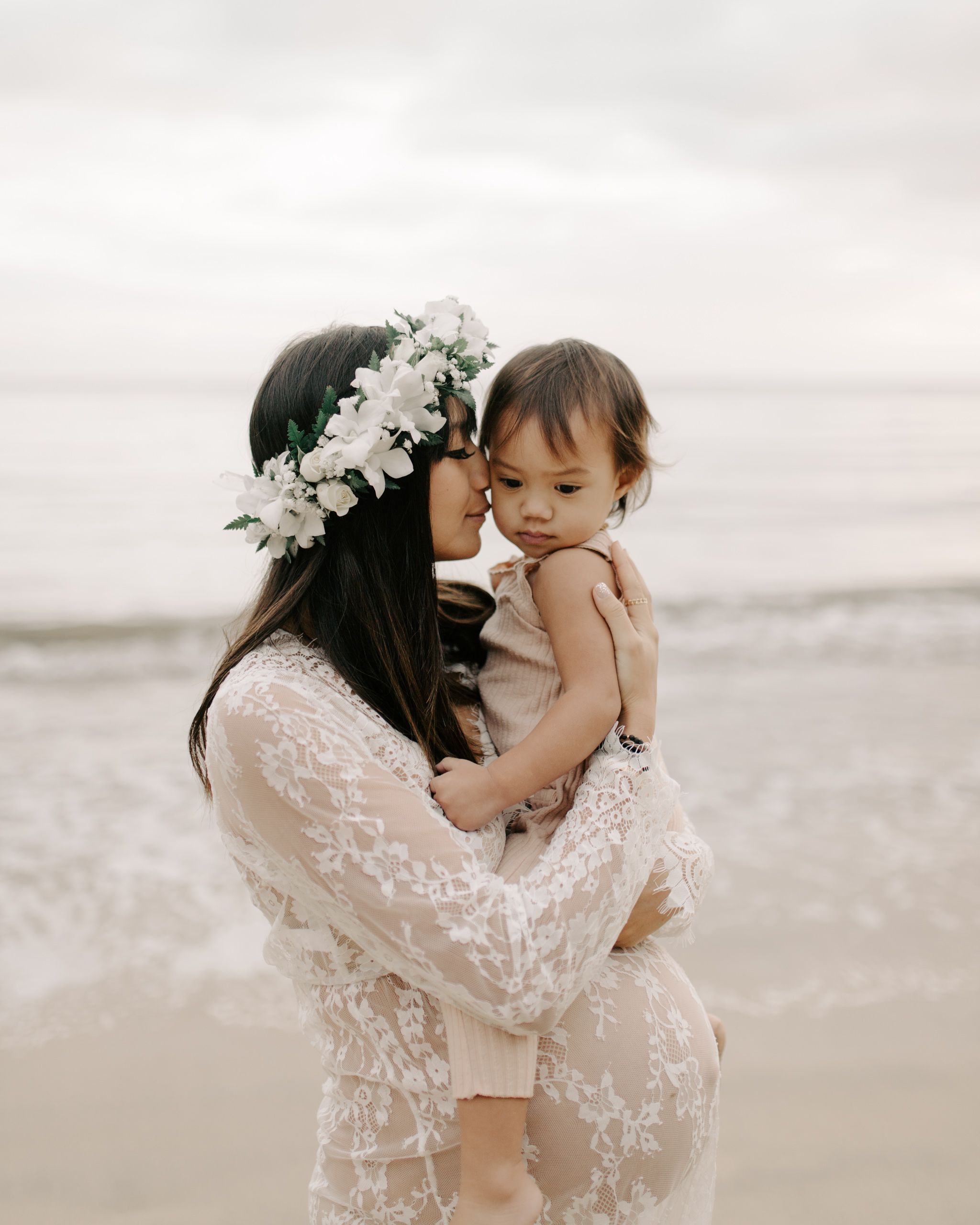 Beautiful Maternity Photo of a Mom With Her Daughter by Hawaii Family Photographer Desiree Leilani