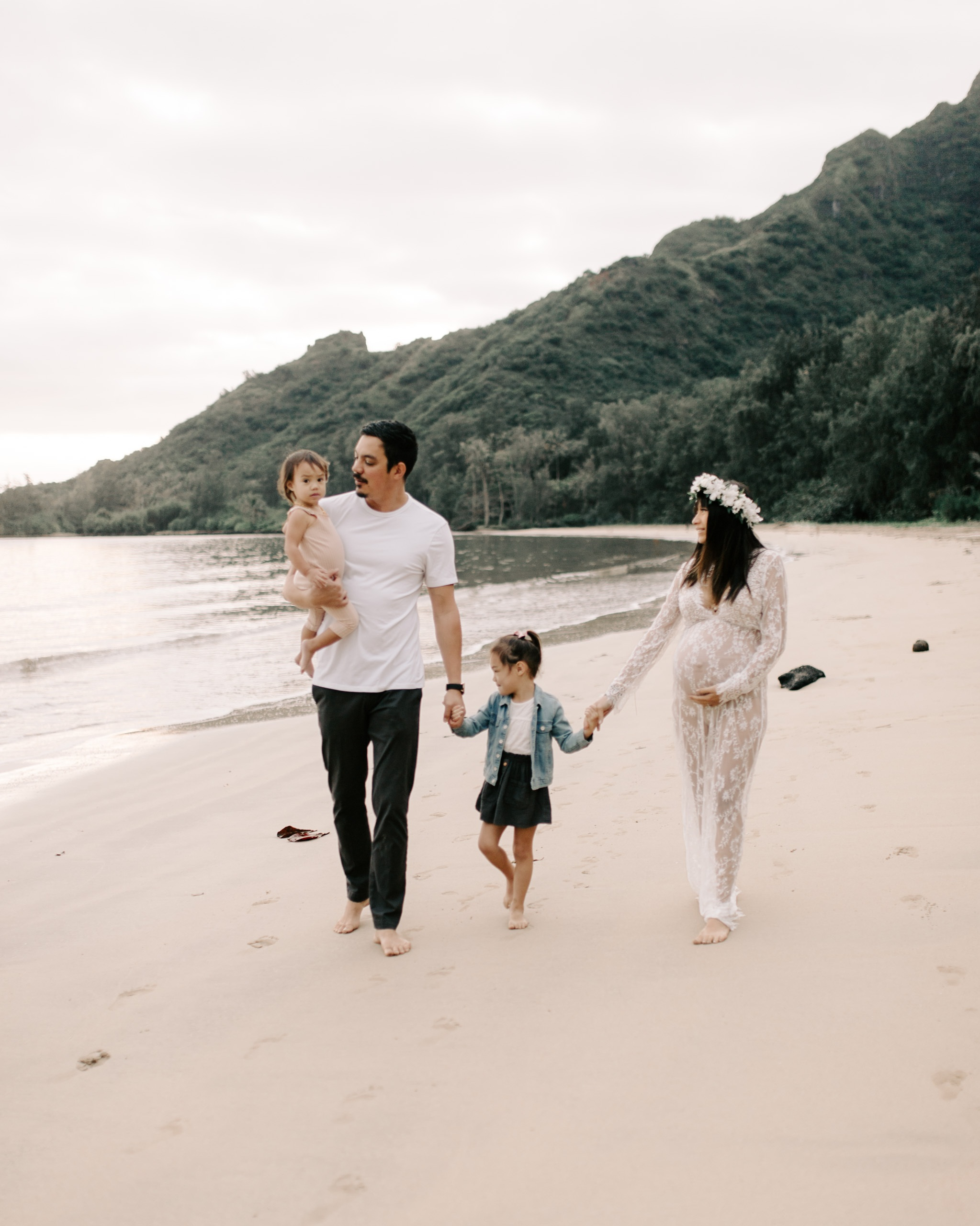Whimsical+Kahana+Bay+Maternity+Session+by+Hawaii+Family+Photographer+Desiree+Leilani